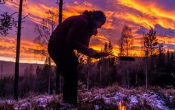 El cocinar en puesta del sol Fotos de archivo libres de regalías