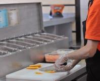 El cocinar en restaurante de los alimentos de preparación rápida Imagenes de archivo