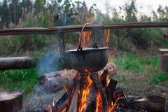 El cocinar en un alza Imagenes de archivo