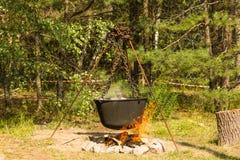 El cocinar en un fuego Fotos de archivo libres de regalías