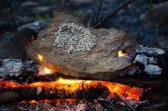 El cocinar en un fuego foto de archivo libre de regalías