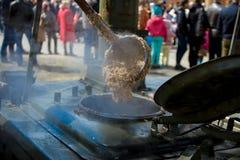 El cocinar en una caldera grande en la calle Foto de archivo