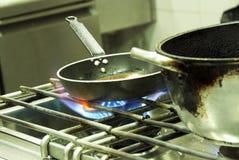 El cocinar en una cocina Imagenes de archivo