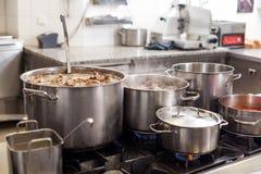 El cocinar en una cocina comercial Imagen de archivo