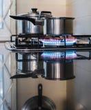 El cocinar en una estufa de gas Fotografía de archivo