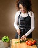 El cocinar feliz de la mujer Comida sana - pepino fresco imagenes de archivo