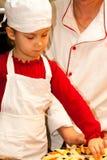 El cocinar hermoso de la muchacha Foto de archivo libre de regalías
