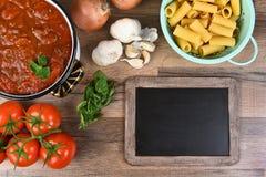 El cocinar italiano con el tablero de tiza Fotos de archivo libres de regalías