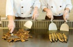 El cocinar japonés del cocinero Fotografía de archivo libre de regalías