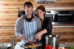 El cocinar junto fotografía de archivo libre de regalías