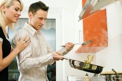 El cocinar junto Foto de archivo