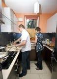 El cocinar junto Fotos de archivo libres de regalías