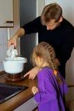 El cocinar junto con padre Imagen de archivo libre de regalías
