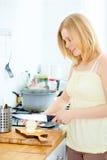 El cocinar lindo de la muchacha Imagen de archivo