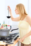 El cocinar lindo de la muchacha Foto de archivo