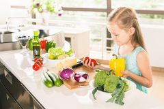El cocinar lindo de la niña Fotografía de archivo libre de regalías