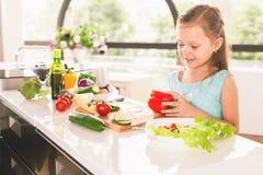 El cocinar lindo de la niña Fotos de archivo libres de regalías