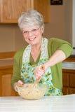 El cocinar maduro de la mujer Foto de archivo libre de regalías