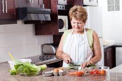 El cocinar mayor de la mujer Imagenes de archivo