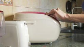 El cocinar multi con una tapa abierta con el revolvimiento de la mano 4k, c?mara lenta metrajes
