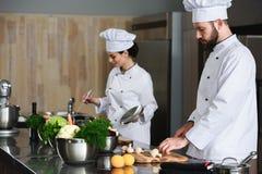 El cocinar ocupado de los cocineros profesionales fotos de archivo libres de regalías