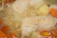 El cocinar para la sopa de pollo con las zanahorias y los tomates Foto de archivo