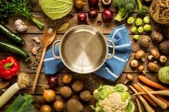 El cocinar - pote vacío con las verduras de la caída del otoño alrededor fotografía de archivo