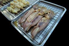 El cocinar que espera del calamar fresco para fotografía de archivo