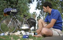 El cocinar que se sienta del campista Imagen de archivo libre de regalías