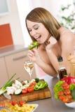 El cocinar - rebanada penetrante de la mujer feliz de pimienta verde Foto de archivo