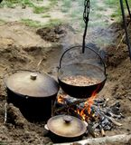 El cocinar sobre una hoguera Fotos de archivo