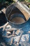 El cocinar sobre una hoguera Foto de archivo