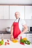 El cocinar sonriente joven del hombre Imagen de archivo libre de regalías