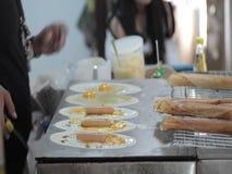 El cocinar tailandés de la crepe almacen de metraje de vídeo