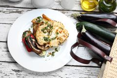 El cocinar vegetariano Coliflor cocida con las setas servidas con las hierbas fotos de archivo libres de regalías