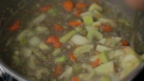 El cocinar verde de las lentejas almacen de metraje de vídeo
