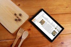 El cocinar y concepto aislados en fondo de madera Foto de archivo