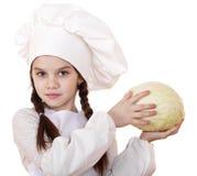 El cocinar y concepto de la gente - niña sonriente en sombrero del cocinero Imagen de archivo libre de regalías