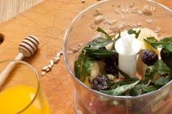 el cocinar, zumo de naranja, plátano, zarzamoras congeladas de las fresas e ingredientes vivos del smoothie de las semillas en la Imagenes de archivo