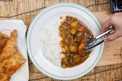 El cocinero adornó el curry japonés del cerdo con arroz del vapor Imagen de archivo libre de regalías