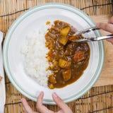 El cocinero adornó el curry japonés del cerdo con arroz del vapor Imágenes de archivo libres de regalías