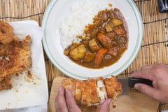 El cocinero adornó el curry japonés del cerdo con arroz del vapor Foto de archivo libre de regalías
