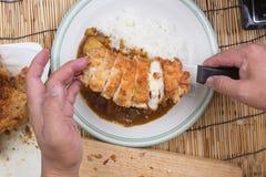 El cocinero adornó el curry japonés del cerdo con arroz del vapor Fotos de archivo libres de regalías