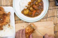 El cocinero adornó el curry japonés del cerdo con arroz del vapor Fotografía de archivo