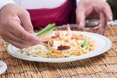 El cocinero adornó el menú tailandés del cojín con el chile secado picadito Fotos de archivo