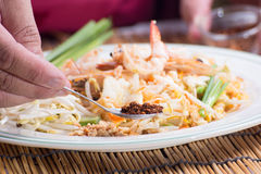 El cocinero adornó el menú tailandés del cojín con el chile secado picadito Imagen de archivo