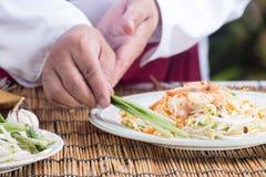 El cocinero adornó el menú tailandés del cojín con el puerro Fotografía de archivo libre de regalías