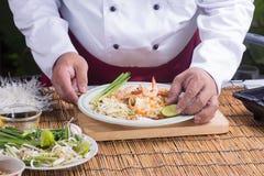 El cocinero adornó el menú tailandés del cojín con la cal Fotos de archivo
