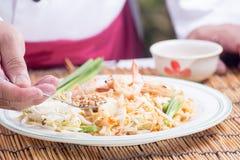 El cocinero adornó el menú tailandés del cojín con la haba picadita del cacahuete Fotografía de archivo libre de regalías