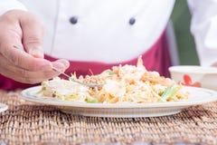 El cocinero adornó el menú tailandés del cojín con la haba picadita del cacahuete Foto de archivo libre de regalías